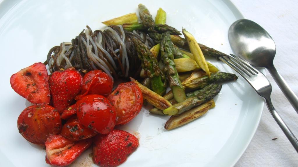 Kelp Noodles und Meeresspaghetti mit Tomaten-Erdbeer-Sugo