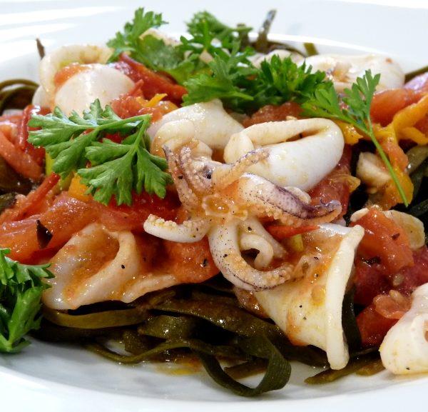 Meeresspaghetti mit Tintenfisch-Ragout