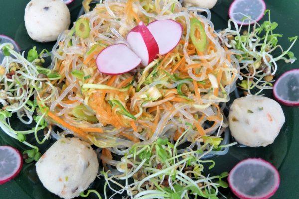 frischer Kelp-Noodle-Salat mit scharfen Gemüsen