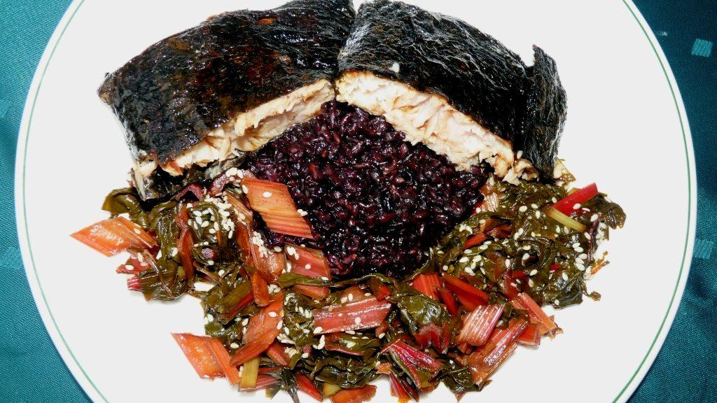 Rotbarsch im Noriblatt mit rotem Dulse-Reis und Mangold
