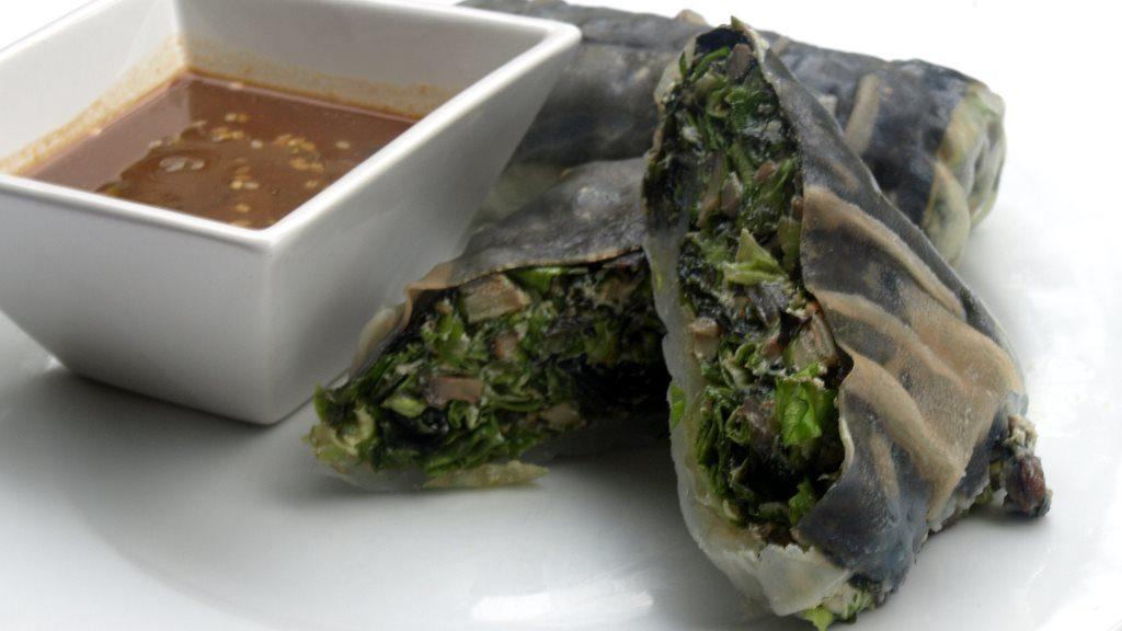 Nori-Reispapier-Rolle mit Wakame-Pilz-Füllung