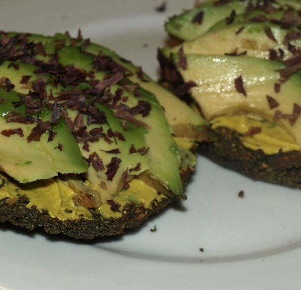Dulse und Avocado auf kernigem Brot