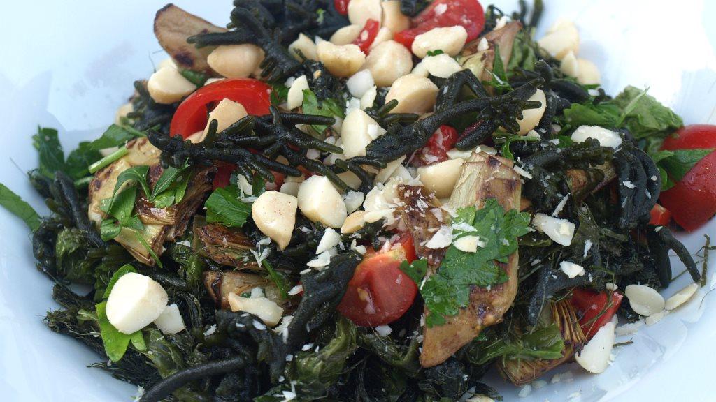 Salat mit 3 Algen, Artischocken und Macadamia