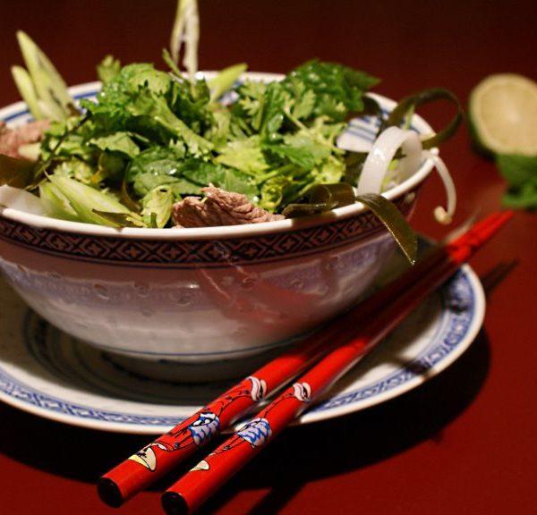 Vietnamesische Pho mit Rindfleisch und Kombu