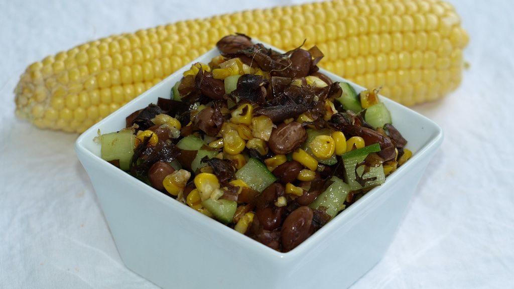 frischer Gemüsesalat mit Dulse und Grillmais