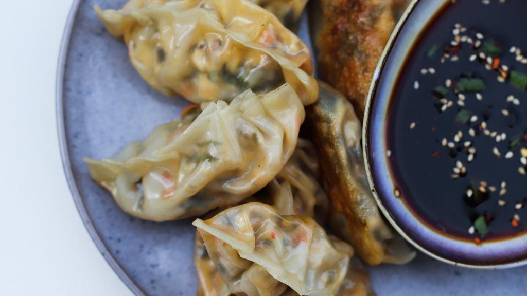 knusprige Dumplings mit Koreanischem Meeressalat