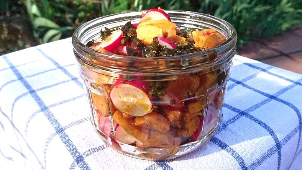 smoky-umami-marinierte Süßkartoffeln und Radieschen